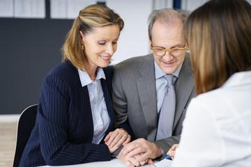 best-ager paar in einem beratungsgespräch