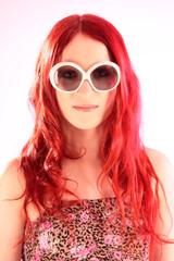 Mädchen mit großer Sonnenbrille