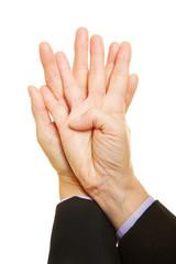 Hände mit gespreizten Fingern