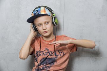Młody DJ słucha muzyki w słuchawkach