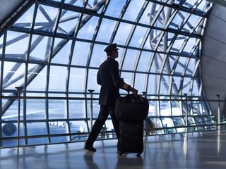 Pilot walking the airport terminal Fototapete