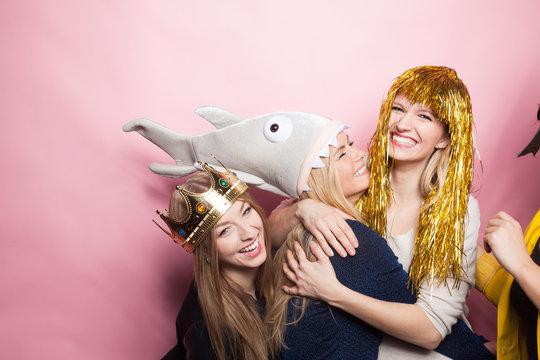 Freundinnen mit Lametta-Kopfbedeckung