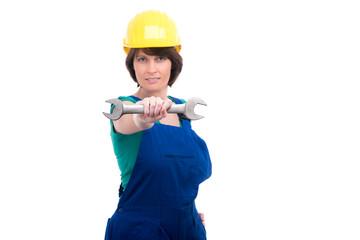 Bauarbeiterin hält Schraubenschlüssel vor ihren Körper