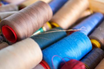Rocchetti di filo colorato per cucire