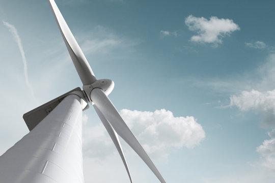 Windkraft Anlage mit zartem Wolken Hintergrund und Freiraum für eigenen Text