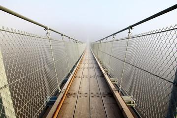 Schlechte Aussichten - Hängebrücke im Nebel