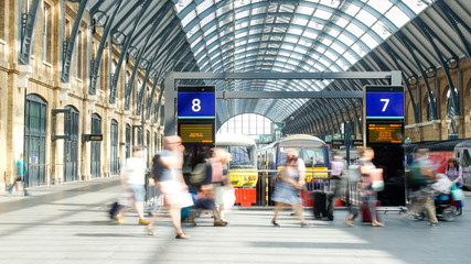 Papiers peints Gares Movement of people in rush hour, london train station
