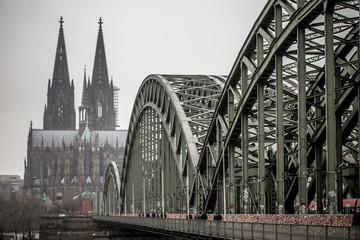 Hohenzollernbrücke, Bahnhof und Dom in Köln an einem tristen Tag