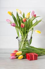 tulipani colorati e scatola da regalo