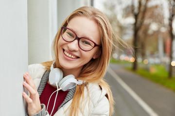 Lachende junge Frau mit Kopfhörer