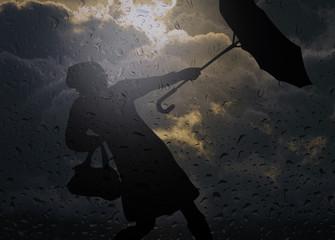 Frau mit Regenschirm im Unwetter