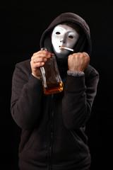Maskierter Mann mit Zigarette, Alkohol zeigt erhobene Faust