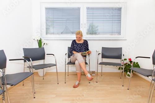 junge frau im wartezimmer stockfotos und lizenzfreie bilder auf bild 101598477. Black Bedroom Furniture Sets. Home Design Ideas