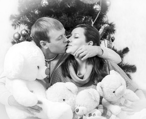 Black and white photo of kissing lovers with white vignette