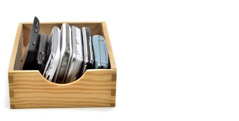 Caja con móviles viejos.