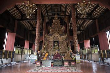 estatuas de cera de monjes budistas el interior del un templo budista en la ciudad sagrada de los templos de Chiang Mai, Tailandia.