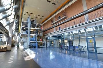 große Druckmaschine in einer Industriehalle - Interieur mit Maschinen in einer modernen Fabrik