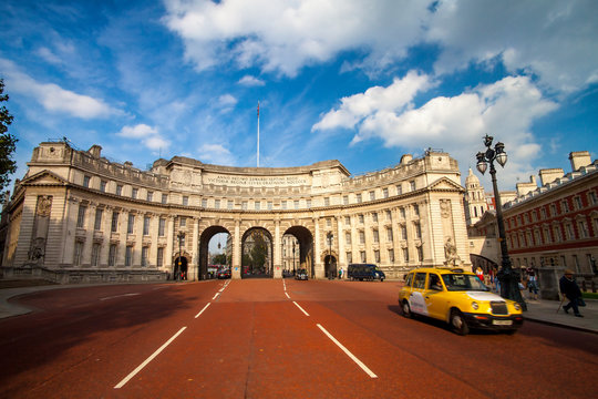 Admiralty Arch - entrance from Trafalgar Square to St.James`s Park Buckingham Palace