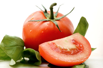 Tomate mit Basilikumblatt