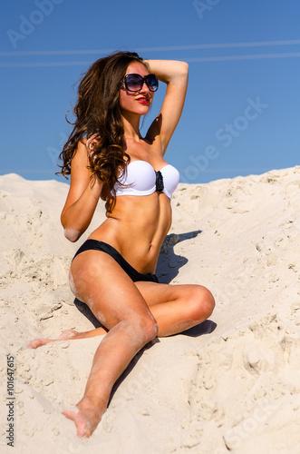 Загорелая телка на пляже фото 510-805