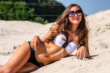 Блондинки в очках и в купальнику на пляжу картинки фото 373-514