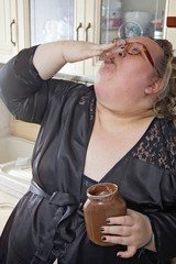 donna obesa si lecca le dita