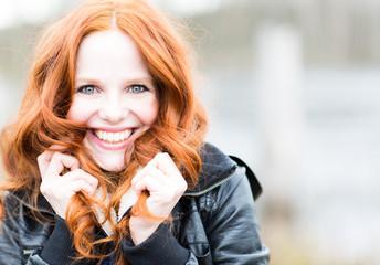 Frau mit roten Haaren und Lachen