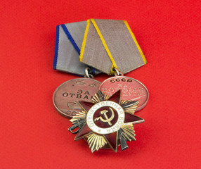 Медали и орден на красном фоне