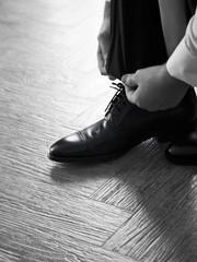 Hombre elegante se calza unos zapatos