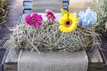 Table decoration with hay and flowers
