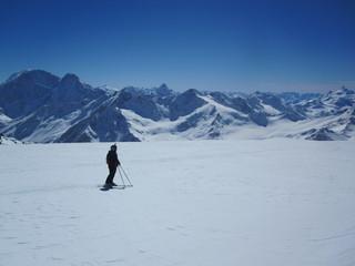 Горнолыжник в горах