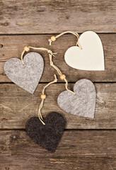filt hjärtan på trä bakgrund