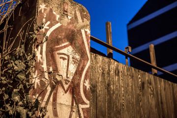 Trauriges Mädchen an einer Mauer in der Mainzer Neustadt am Abend