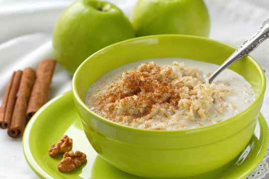 Oatmeal with green apples, nuts and cinnamon