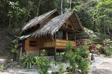 Bungalow o casa tradicional Tailandesa en la jungla. Tailandia