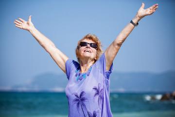 Unternehmungslustige Seniorin am Strand
