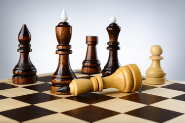 The opposition of white and black chess pieces