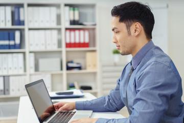 geschäftsmann schaut auf einen laptop