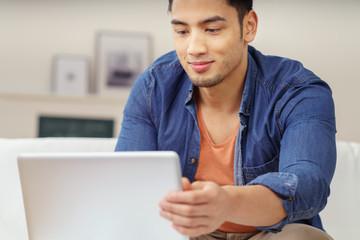 attraktiver junger mann schaut auf sein notebook