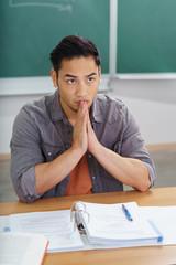 student sitzt im unterricht und macht sich sorgen