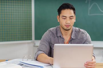 student im unterricht mit laptop