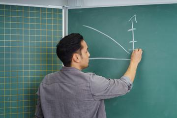 mann zeichnet einen graph an die tafel