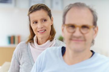 ältere frau schaut ihren mann lächelnd an