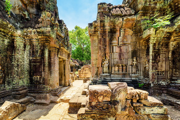 Wall Mural - Ancient mossy buildings with carving of Ta Som temple in Angkor
