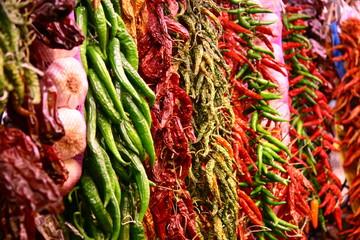 Red hot chili peppers - Getrocknete Chilis und Knoblauch auf dem Markt La Boqueria in Barcelona, Spanien