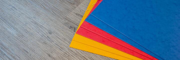 Farbige Hefter auf dem Tisch
