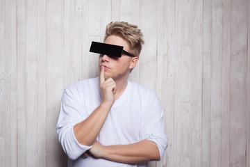 Mann mit Balken vor den Augen