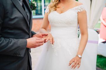 Hochzeit mit Ringtausch und Anstecken von Eheringen