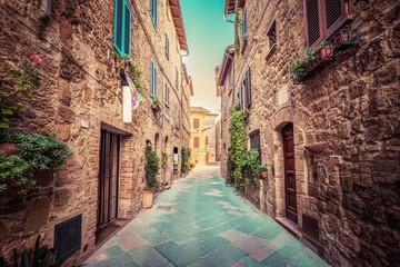 Wąska uliczka 3D w starym włoskim miasteczku Pienza