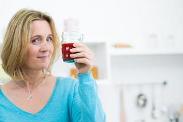 frau trinkt einen roten gemüsesaft
